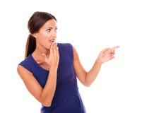 Den nätta latinamerikanska damen som pekar till henne, lämnade Royaltyfria Foton