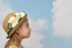 Den nätta lilla flickan ser framåt royaltyfri bild