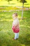 Den nätta lilla kazakhflickan i sommar parkerar Royaltyfria Foton