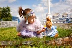 Den nätta lilla kazakhflickan i sommar parkerar Royaltyfri Fotografi