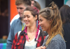Den nätta lyckliga flickan som ser rak framåt i gatan, shoppar Stre Royaltyfri Bild