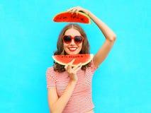 Den nätta lyckliga le kvinnan har gyckel med skivor av vattenmelon Arkivfoto