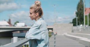 Den nätta modekvinnan som kopplar av i en stad, parkerar i Europa lager videofilmer