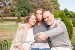 Den nätta mogna familjen fotograferar sig royaltyfri fotografi