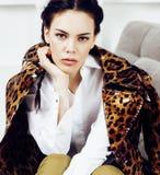 Den nätta stilfulla kvinnan i modeklänning med leopardtrycket i lyxiga rich hyr rum tillsammans inre, livsstilfolkbegrepp Arkivfoton