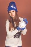 Den nätta tonåriga flickan är hållande konstgjort kastar snöboll arkivfoto
