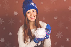 Den nätta tonåriga flickan är hållande konstgjort kastar snöboll royaltyfria bilder