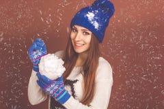 Den nätta tonåriga flickan är hållande konstgjort kastar snöboll arkivbilder