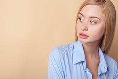 Den nätta unga blonda flickan är intresserad i något Royaltyfri Fotografi