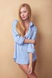 Den nätta unga blonda flickan uttrycker henne Royaltyfri Foto