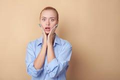 Den nätta unga blonda kvinnan uttrycker överraskning Arkivfoton