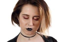 Den nätta unga flickan med svarta kanter poserar med stängda ögon Royaltyfria Bilder