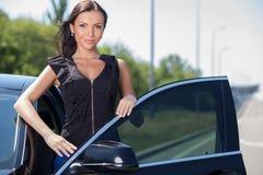 Den nätta unga kvinnan är klar att köra Royaltyfria Foton