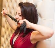 Den nätta unga kvinnan som biter ett läder, piskar royaltyfri fotografi