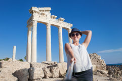 Den nätta unga kvinnan tar ett självfoto på den antika tempelsikten Arkivfoton