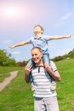 Den nätta vänliga familjen vilar i naturen Fotografering för Bildbyråer