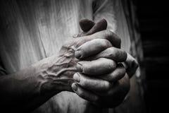 Den nakna handen för man` s Den nakna handen för man` s Vävde fingrar Fotografering för Bildbyråer