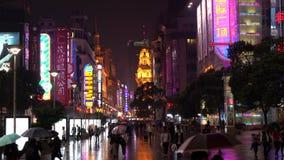 Den Nanjing vägen är det huvudsakliga shoppingområdet av Shanghai arkivfilmer