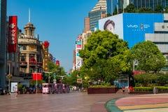 Den Nanjing vägen är strögen i Shanghai och en av de mest upptagna kommersiella gatorna för världs` s arkivbilder