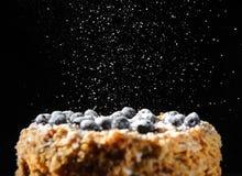 Den Napalion kakan, paj, varvade kakan, puffkaka med blåbäret som strilades med pudrat socker, menybakgrund, slut upp Royaltyfri Bild