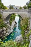 Den Napoleon bron nära Kobarid i Slovenien Folket kajaking i den härliga turkosen färgade vatten av den Soca floden royaltyfria bilder