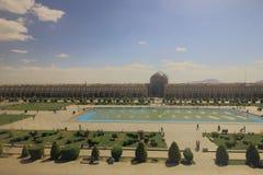 Den Naqsh-e Jahan fyrkanten eller Iman Square med dess trädgård, springbrunnpöl och rad av gallerit shoppar med Sheikh Lotfollah  arkivfoto