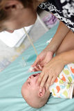 Den nasala aspiratoren för behandla som ett barn pojken Arkivfoton