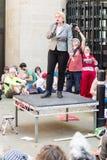 Den Natalie Bennett D Miljöpartietledaren talar till personerna som protesterar in royaltyfri foto