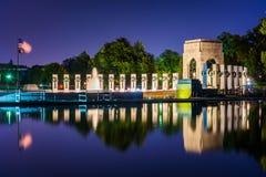 Den nationella minnesmärken för världskrig II på natten på den nationella gallerian Royaltyfri Fotografi