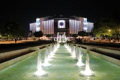 Den nationella slotten av kultur NDK vid natt med parkerar framme av den, Sofia, Bulgarien royaltyfria bilder