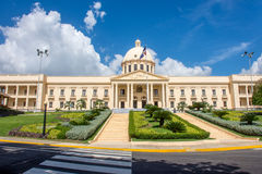 Den nationella slotten i Santo Domingo inhyser kontoren av den utövande filialen av Dominikanska republiken Royaltyfri Foto