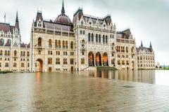 Den nationella ungerska parlamentbyggnadsingången Arkivbilder
