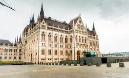 Den nationella ungerska parlamentbyggnadsingången Arkivfoto