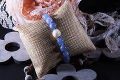 Den naturliga Angelite och pärlan stenar armbandet royaltyfria bilder