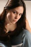 den naturliga brunetten poserar Royaltyfria Bilder