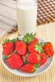 Den naturliga jordgubben och mjölkar Arkivbild