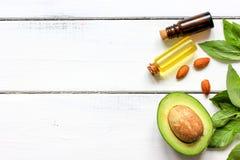 Den naturliga organiska skönhetsmedlet oljer med bästa sikt för avokado Royaltyfria Bilder