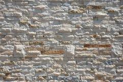 Den naturliga stenväggen belägger med tegel Arkivbild