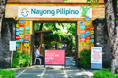 Den Nayong Pilipino ingången undertecknar Rizal parkerar in, Manila, Filippinerna royaltyfri bild