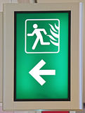 Den nöd- brandutgången undertecknar in grön färg Royaltyfria Foton