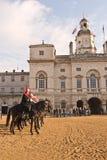 den ändrande guardguardshästen ståtar Royaltyfria Bilder