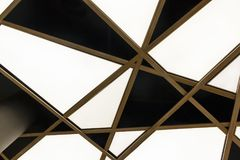 Den nedersta sikten av det moderna vita triangulära taket arkivbilder