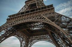 Den nedersta sikten av Eiffeltorn som göras i järn, och Art Nouveau utformar, med solig blå himmel i Paris arkivbilder