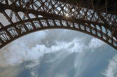 Den nedersta sikten av Eiffeltorn som göras i järn, och Art Nouveau utformar, med solig blå himmel i Paris royaltyfri fotografi