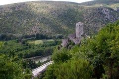 Den Neretva floden och slotten beskådar uppifrån av den Pocitelj staden Royaltyfri Foto