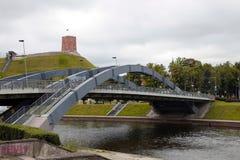 Den Neris flodbron och Gediminas rockerar, Vilnius, Litauen Arkivfoto
