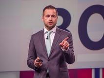 Den NetApp EMEA-general manager Alexander Wallner gör anförande arkivfoton
