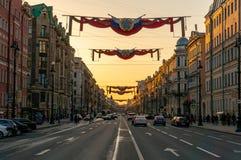 Den Nevsky utsikten f?rbereder sig f?r demonstrationen f?r den Maj dagen i St Petersburg, Ryssland Central gata av staden arkivbilder