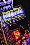 Den New Orleans Bourbon gatan slösar företaget Arkivbild