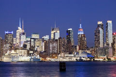 Den New York City Uptownhorisonten i natten Royaltyfria Bilder